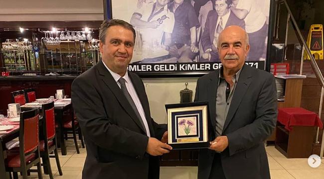 İzmirli gazetecilerin 'Tarık Abisi'ne teşekkür plaketi